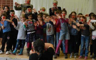 Pantomimen-Schau von gehörlosen Kindern